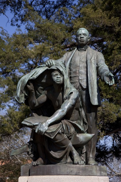 Statue_of_Booker_T._Washington__Lifting_the_Veil_of_Ignorance,__by_Charles_Keck_located_at_Tuskegee_University_in_Tuskegee,_Alabama_LCCN2010637782.tif